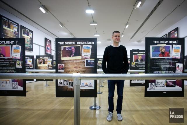 Pour l'artiste Simon Denny, «le journalisme est une... (PHOTO MARCO CAMPANOZZI, LA PRESSE)