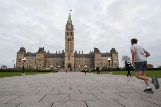 Les visiteurs et les employés de la Chambre... (Photo Justin Tang, La Presse Canadienne)