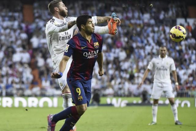 L'attaquant Luis Suarez, à l'avant, a effectué ses... (PHOTO GERARD JULIEN, AFP)