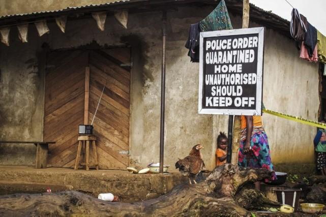 Cette maison dePort Loko, en Sierra Leone,a été... (PHOTO MICHAEL DUFF, AP)