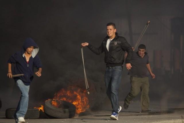 De jeunes Palestiniens utilisent des lance-pierres pour attaquer... (PHOTO MAJDI MOHAMMED, AP)