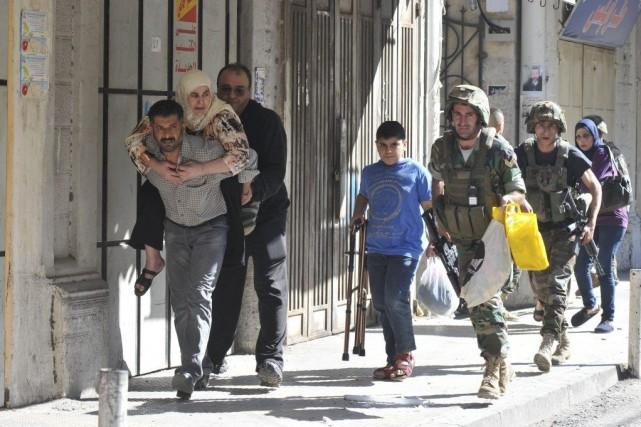 Des soldats libanais viennent an aide à des... (PHOTO IBRAHIM CHALHOUB, AFP)