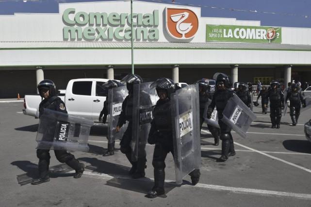 Des policiers assurent la sécurité d'un supermarché de... (PHOTO YURI CORTEZ, AFP)