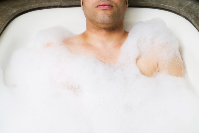 Le bain chaud en début de rhume ou... (Photo blend images Shutterstock)