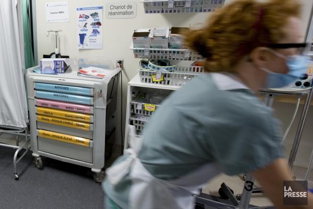 Des chariots d'équipements médicaux pour l'Ebola à l'Hôpital... (Photo Alain Roberge, Archives La Presse)