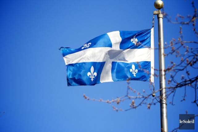 Le drapeau fleurdelisé... (PHOTO ARCHIVES, LE SOLEIL)