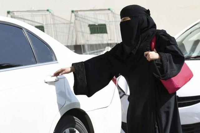 Une femme prend un taxi à Riyad, le... (PHOTO FAYEZ NURELDINE, AFP)