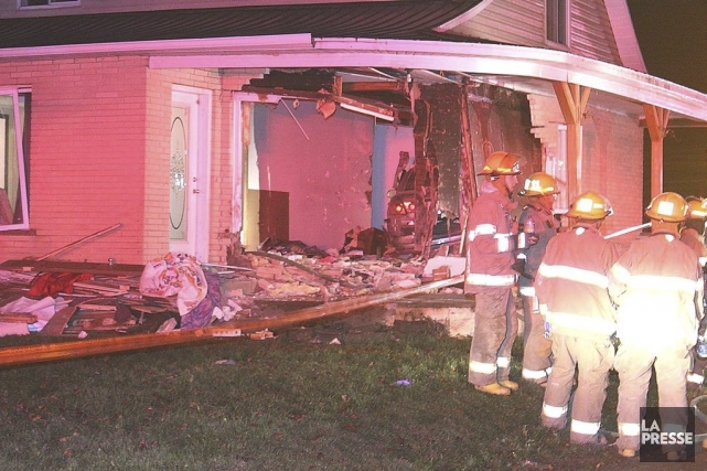 Une voiture a défoncé le mur d'une maison... (PHOTO MARIO DURIEUX, COLLABORATION SPÉCIALE)