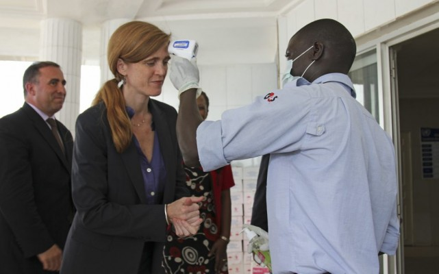 L'ambassadrice américaine aux Nations unies, Samantha Power, se désinfecte... (STAFF)