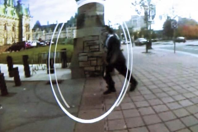 Sur cette image tirée d'une vidéode surveillance, Michael... (La Presse Canadienne)
