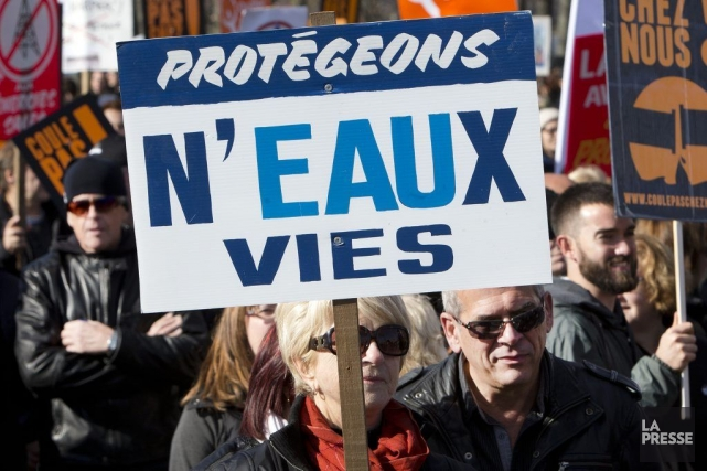 Des milliers de citoyens ont manifesté dimanche après-midi à Sorel-Tracy, en... (PHOTO ROBERT SKINNER, LA PRESSE)