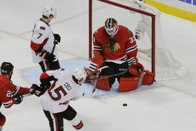Jonathan Toews et Brent Seabrook ont touché la cible, Scott Darling a effectué... (Photo: Reuters)