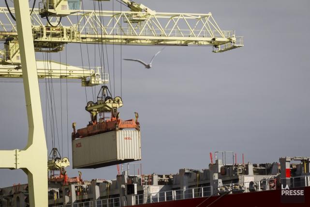 Chargement d'un navire au port de Montréal... (PHOTO OLIVIER PONTBRIAND, LA PRESSE)