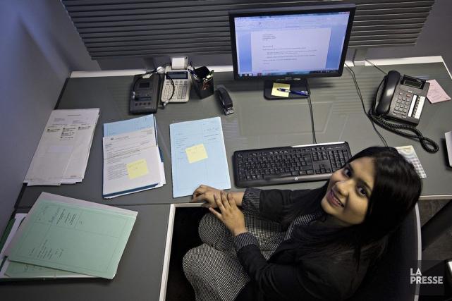 Rukshana Khanom, 24 ans, est secrétaire juridique pour... (PHOTO PATRICK SANFAÇON, LA PRESSE)