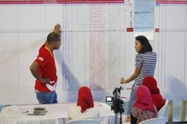 Des travailleurs électoraux s'affairent au décompte des votes,... (PHOTO ZOUBEIR SOUISSI, REUTERS)
