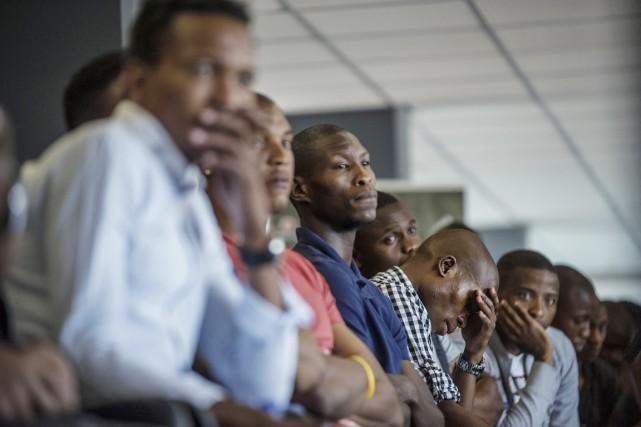 Les joueurs des Pirates d'Orlando, visiblement secoués par... (PHOTO MUJAHID SAFODIEN, AFP)