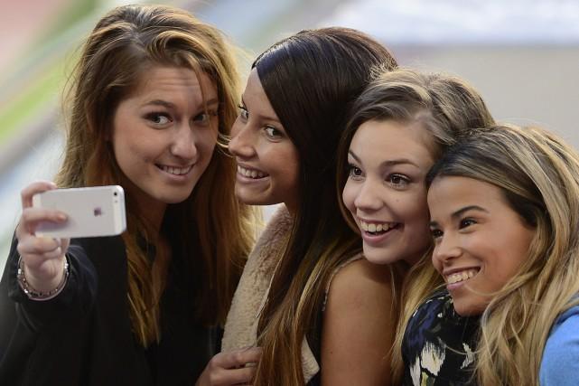 Les selfies, ces autoportraits pris avec un téléphone intelligent,... (Photo Josep Lago, AFP)