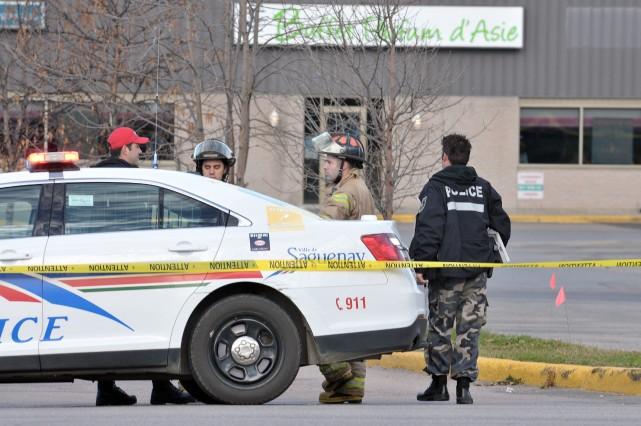 L'opération policière menée samedi à Place du Saguenay... ((Photo Rocket Lavoie))