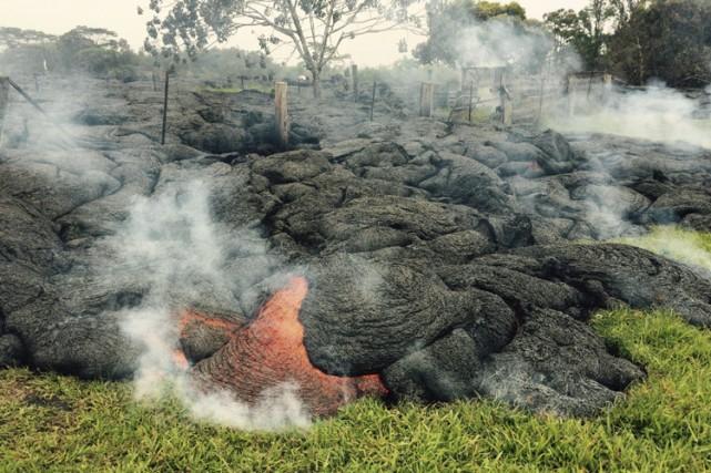 La lave, qui brûle tout sur son passage,... (Photo: Reuters)