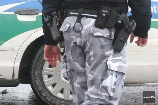 Les policiers municipaux, dont ceux de Gatineau et... (Archives, LeDroit)
