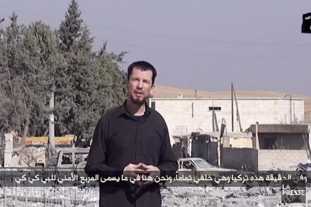 Dans la vidéo diffusée lundi, John Cantlieest vêtu... (PHOTO AFP/ YouTube)