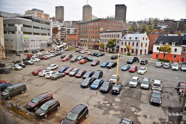 Des promoteurs s'intéressent à ce stationnement de Saint-Roch... (Le Soleil, Pascal Ratthé)
