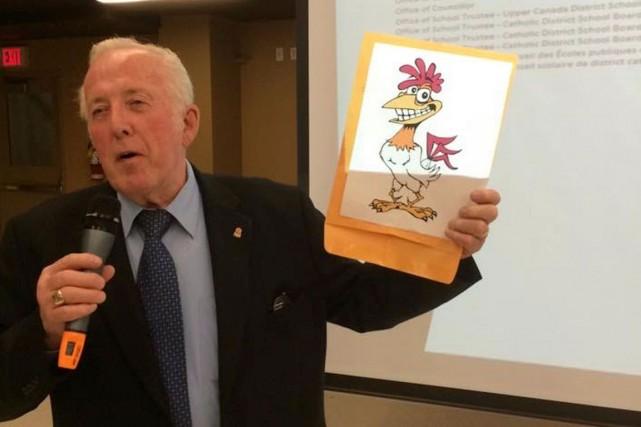Conrad Lamadeleine a brandi une photo d'une poule... (Courtoisie)