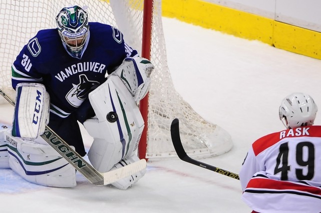 Le gardien des Canucks Ryan Miller a repoussé... (Photo Anne-Marie Sorvin, USA Today Sports)