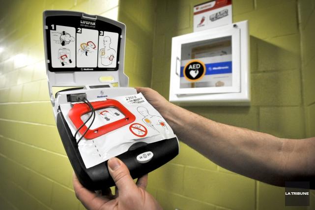 La Ville de Sherbrooke doublera le nombre de défibrillateurs dans les espaces... (Archives La Tribune, Jocelyn Riendeau)