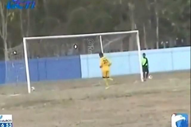 Les gardiens des deux clubs, le PSS Sleman... (Image tirée d'une vidéo sur YouTube)