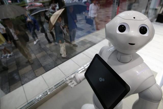 Pepper, petit semi-humanoïde monté sur roulettes avec une... (PHOTO YUYA SHINO, REUTERS)