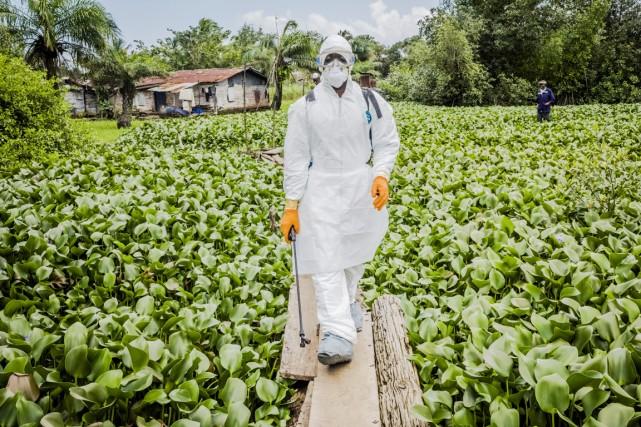 Un membre de l'équipe de décontamination résidentielle est... (PHOTO DANIEL BEREHULAK, ARCHIVES THE NEW YORK TIMES)