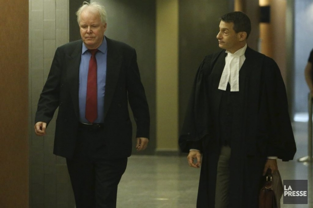 Gordon McDougall avec son avocat Eric Sutton... (PHOTO MARTIN CHAMBERLAND, LA PRESSE)