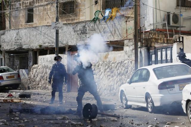 Des policiers israéliens tirent des grenades de gaz... (PHOTO AMMAR AWAD, REUTERS)