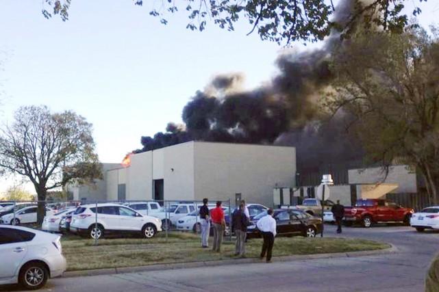 Des flammes et une épaisse colonne de fumée... (PHOTO AP/KAKE NEWS)