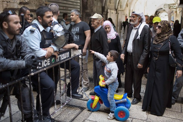 Des policiers israéliens bloquent l'entrée de l'esplanade des... (PHOTO MENAHEM KAHANA, AFP)