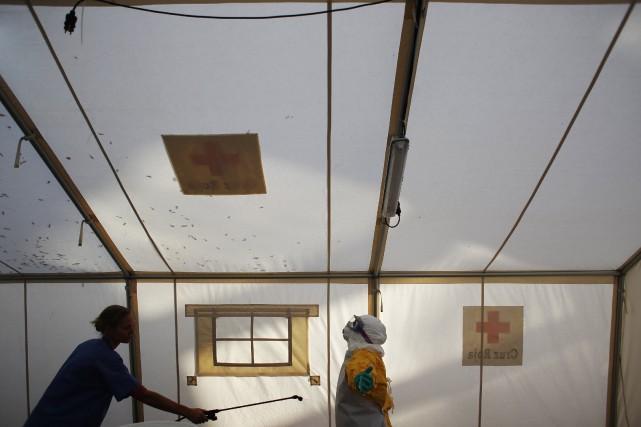 Un travailleur est décontaminé lors de l'entraînement d'une... (Photo Susana Vera, Reuters)