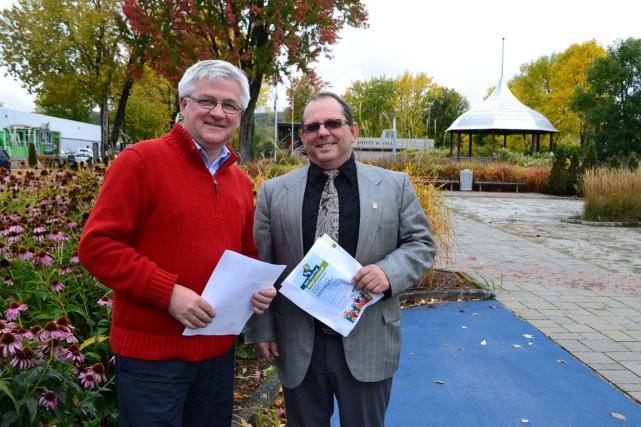 Le maire Jean Fortin et le directeur général... (Collaboration spéciale Brigitte Lavoie)