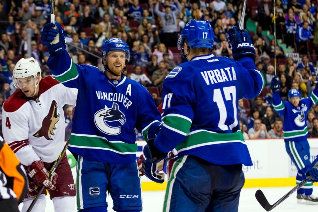 Jumelé à Henrik et Daniel Sedin (22) dès... (Photo Bob Frid, USA Today Sports)