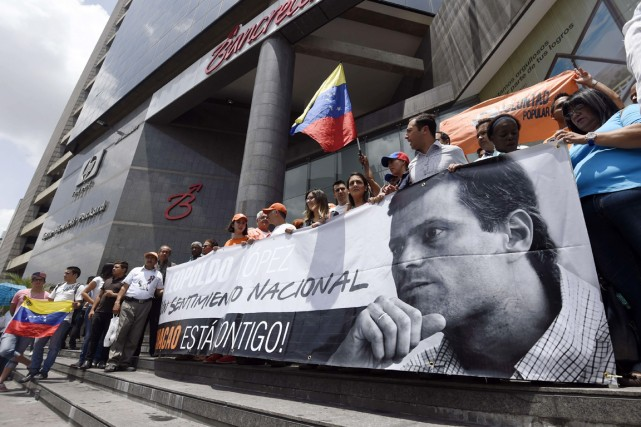 Des partisans du politicien de l'opposition Leopoldo López,... (PHOTO JUAN BARRETO, ARCHIVES AFP)