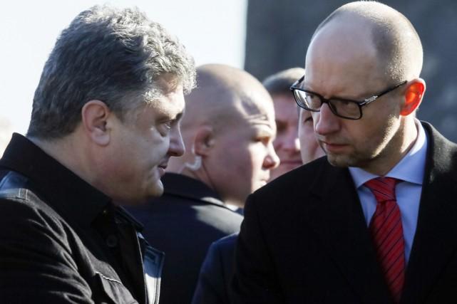 Le président Petro Porochenko et le premier ministreArseni... (PHOTO GLEB GARANICH, ARCHIVES REUTERS)
