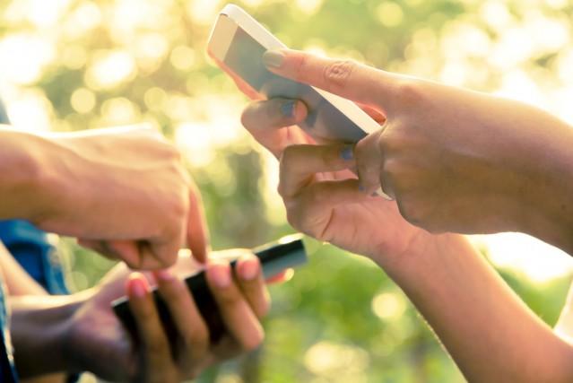 Avec les textos, les jeunes ont développé leur... (Photo Shutterstock, Ponsulak)