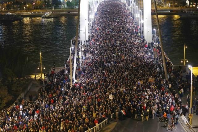 Plusieurs dizaines de milliers de personnes avaient défilé... (PHOTO LASZLO BALOGH, ARCHIVES REUTERS)