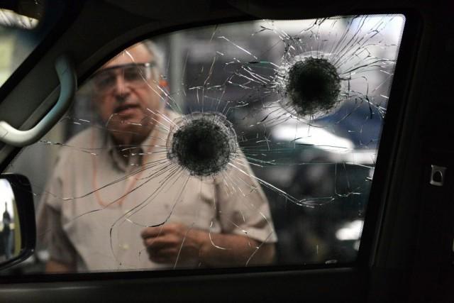 Vêtements renforcés, mais aussi véhicules blindés, gardes du... (PHOTO FEDERICO PARRA, AFP)