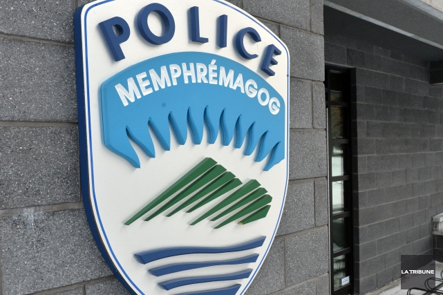 Les policiers de Magog ont sorti le tapis clouté lors d'une courte poursuite... (Archives La Tribune, Frédéric Côté)