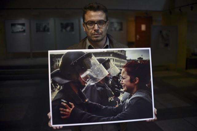 Stefan Stefanov présente sa photo.... (Photo: AFP)