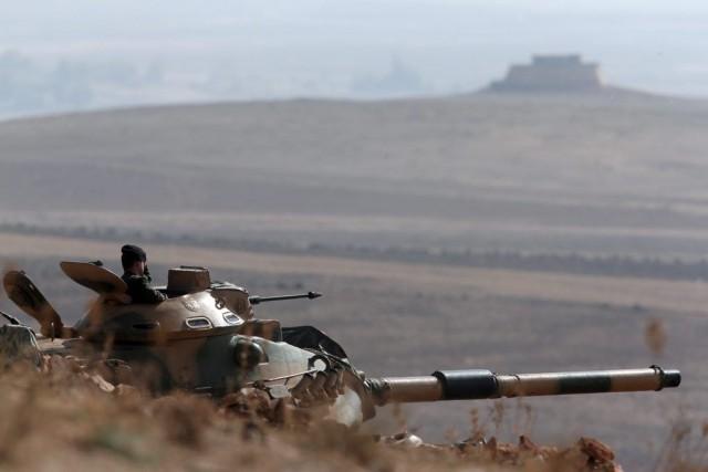 Des soldats turques surveillent la frontière avec la... (Photo Lefteris Pitarakis, Archives AP)