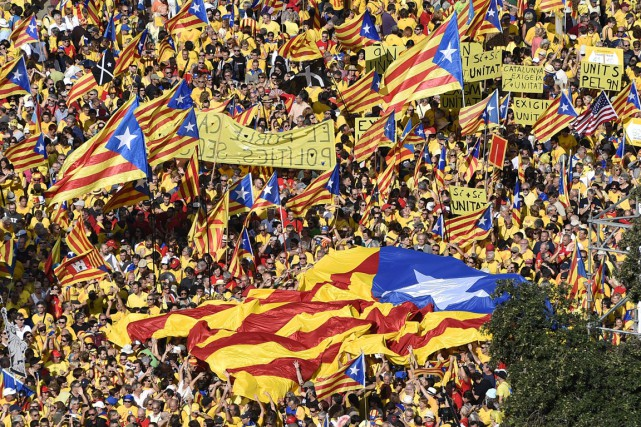 Des partisans de l'indépendance de la Catalogne manifestant... (Archives AFP)