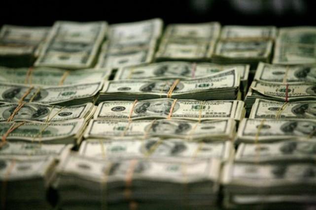 Des automobilistes ont tenté d'attraper de l'argent qui voletait dans les airs... (Photo Bernardo Montoya, archives Reuters)