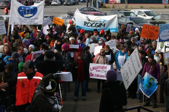 Quelque 500 personnes ont manifesté vendredi dans les... (Collaboration spéciale Carl Thériault)